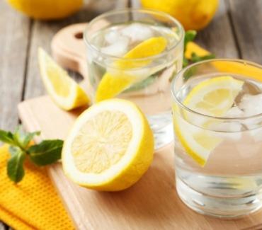 Nutrizione. Bere acqua e limone.